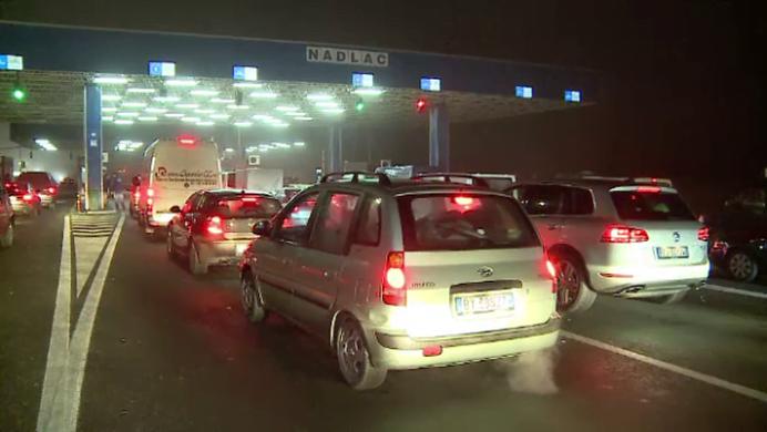 VIDEO – Bataie de joc la intrarea in Romania! Cozi de 20 de km pentru romanii care vin de Craciun acasa!