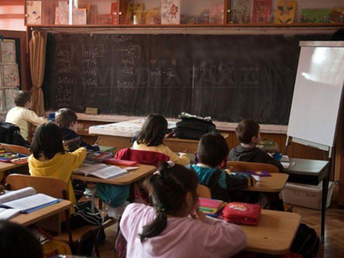 Se intampla in Romania! Un profesor vrea sa aiba dreptul DE A VENI CU ARMA la catedra, pentru a linisti elevii!