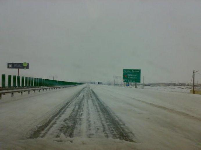 Autostrada Soarelui si 21 de drumuri nationale RAMAN BLOCATE luni dimineata! Aeroporturile fac fata cu greu!