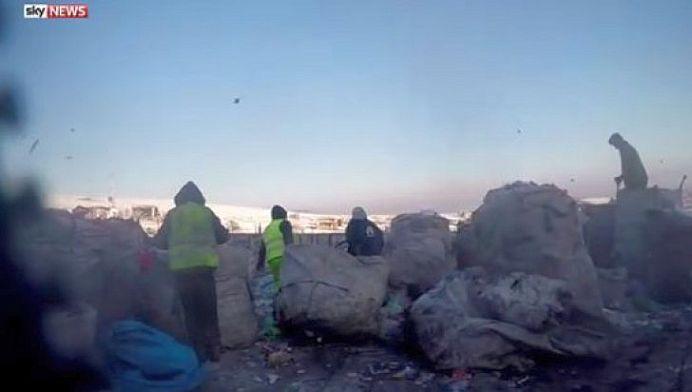 VIDEO – Britanicii de la Sky News FAC ROMANIA DE RAS! Gunoieri si sclavi, fortati sa traiasca in DESEURI!