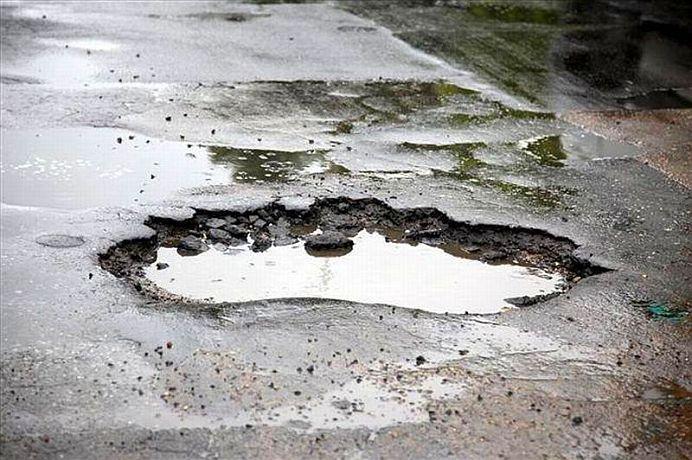 Culmea NESIMTIRII in Romania! DOSAR PENAL pentru ca au facut treaba autoritatilor si au asfaltat gropile din drum!
