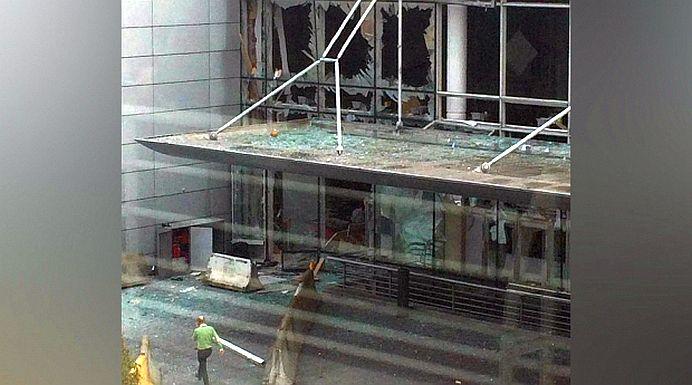 FOTO – VIDEO O bomba a EXPLODAT pe aeroportul din Bruxelles! Atentatorii vorbeau in ARABA!