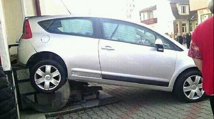 O cheama Dumnezeu! O soferita din Bistrita a intrat cu masina in biserica!