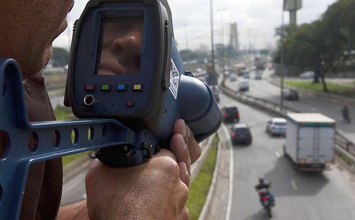 Anunt pentru toti soferii! Un fost deputat a DOVEDIT IN INSTANTA ca radarul pistol al Politiei Rutiere nu arata CORECT viteza!