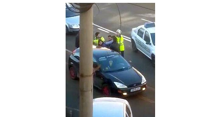 VIDEO – Amenda de peste 10.000 de lei pentru un sofer care A LOVIT CU PUMNII doi politisti de la rutiera!