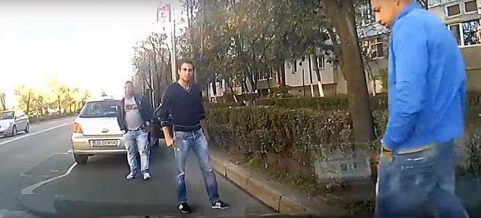 VIDEO – Mare atentie in trafic! O noua smecherie de a face bani pe spatele soferilor din Romania!