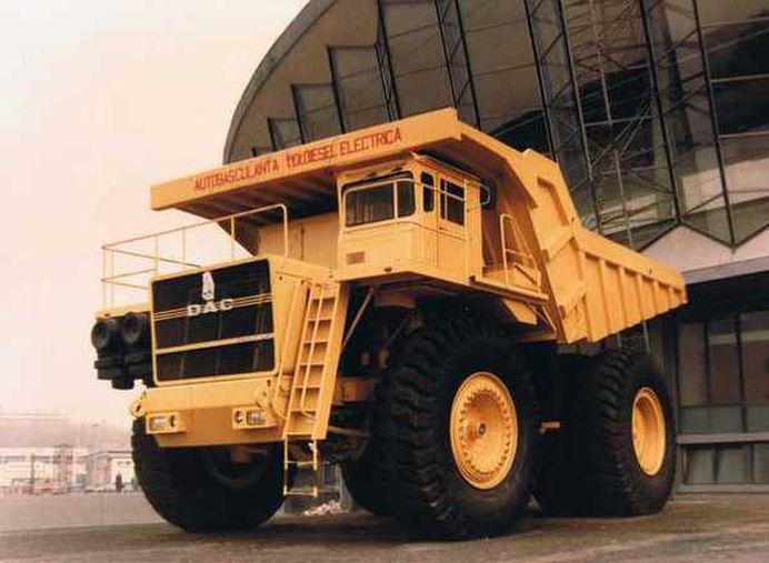 Supercamionul romanesc vandut cu 300.000 de dolari BUCATA in Australia! Inalt cat etajul 2 al unui bloc, cara 120 TONE la un singur transport!