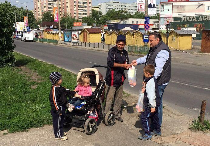 GALERIE FOTO – Daruri si ajutoare pentru oamenii nevoiasi din Bucuresti, in a doua zi de Pasti!