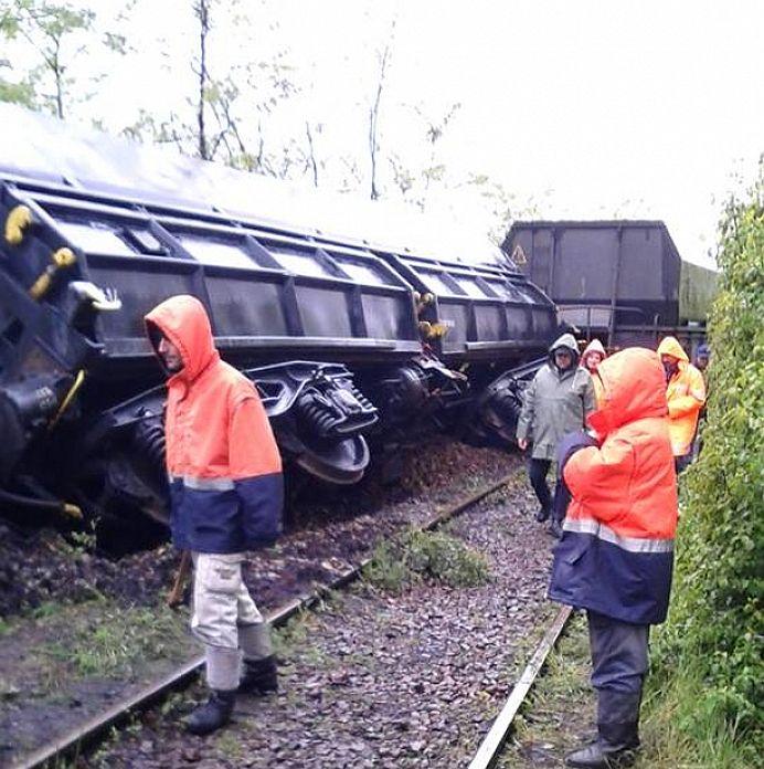 FOTO – Traficul pe calea ferata este blocat dupa ce un tren de marfa a deraiat!
