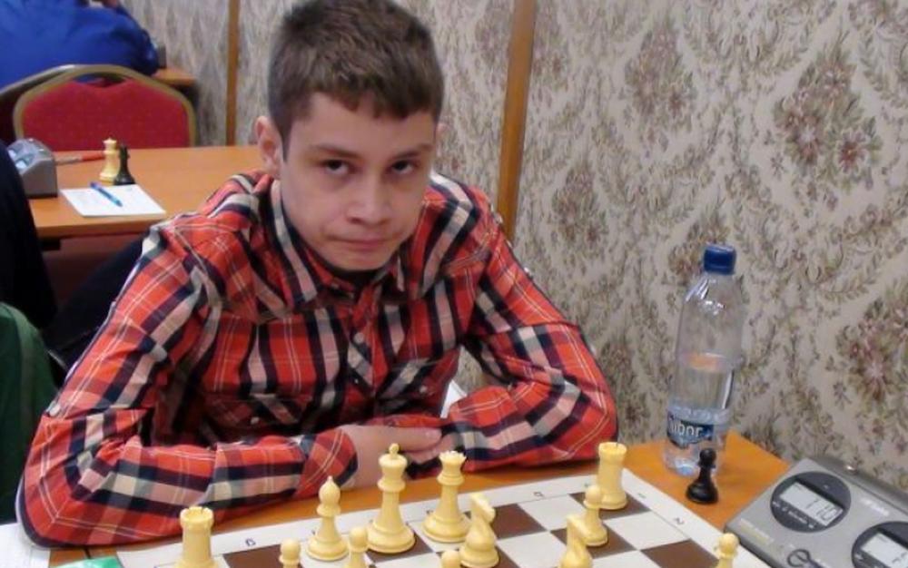 Il cheama Bogdan, este din Rm. Valcea si la 14 a devenit CEL MAI TANAR MARE MAESTRU la sah din LUME!