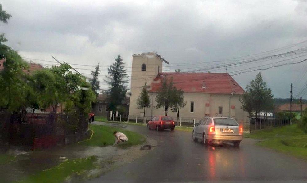 FOTO – Romania LOVITA de TORNADA! Sute de case distruse sau avariate GRAV!