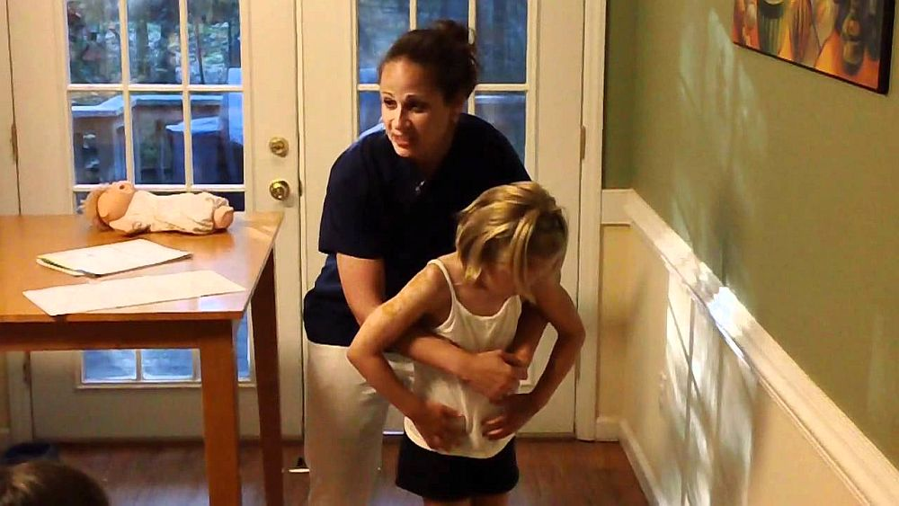 VIDEO – Tu cum iti salvezi MAMA sau COPILUL daca se ineaca la masa? Stii cum sa reactionezi corect?