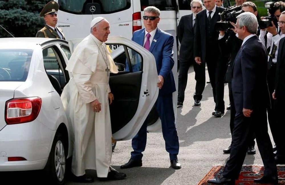 GALERIE FOTO – Logan-ul este noua masina a Papei Francisc!