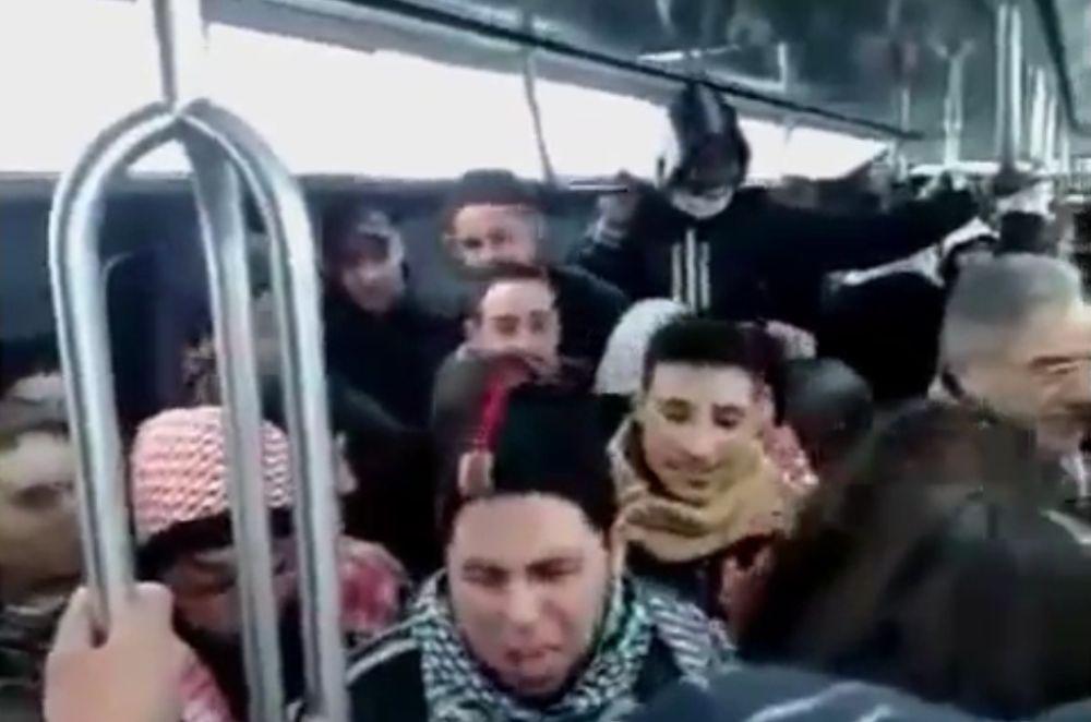 VIDEO SOCANT – Cum baga in GROAZA in calatori MUSULMANII din metroul parizian!