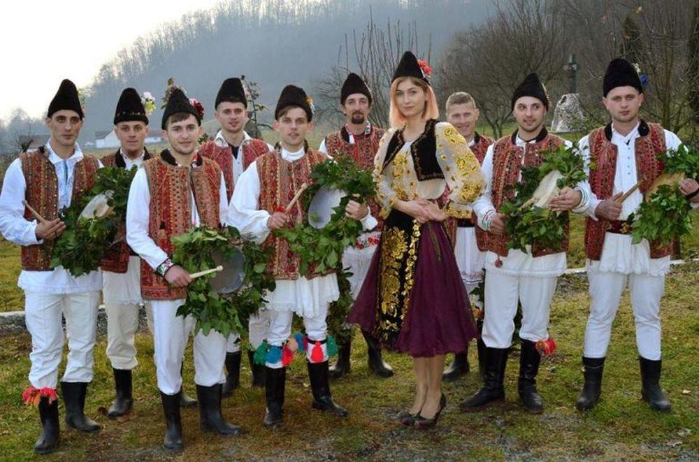 Cea mai tanara primarita din Romania isi pune la punct cetatenii: Puneti mana la MUNCA, nu stati sa va pice IN GURA!