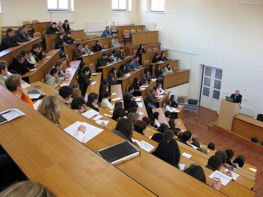 Studentii se revolta: Guvernul i-a lasat fara burse pe perioada verii!