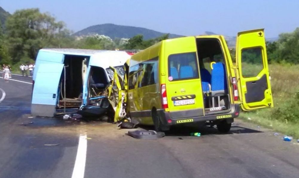 Accident FRONTAL cu doua microbuze pline cu oameni! Cel putin 17 VICTIME in Hunedoara!
