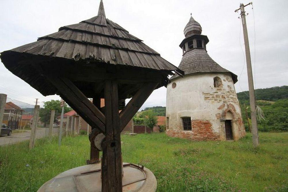 """GALERIE FOTO – Cu o vechime de peste O MIE DE ANI, """"Rotonda"""" este cea mai veche biserica din tara noastra!"""