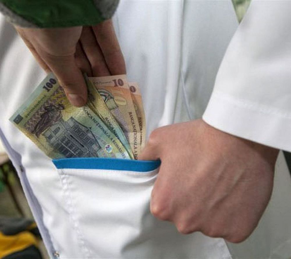 Medic chirurg prins in flagrant! Vezi diferenta dintre spaga si mita…