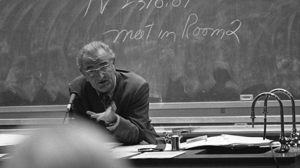 Un profesor exceptional incearca sa deschida ochii studentilor: Avem o țară plină de imbecili cu studii superioare. Sunteți o generație aproape pierdută!