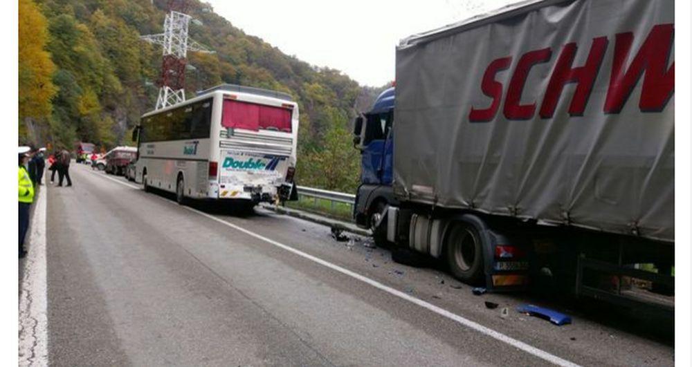 Accident in lant pe Valea Oltului, cu SAPTE masini implicate! S-a activat PLANUL ROSU de interventie!