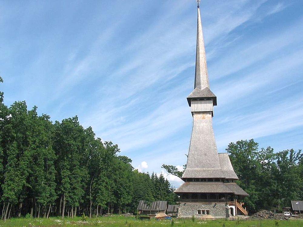 FOTO -VIDEO Putini romani stiu asta! Cea mai inalta biserica de lemn din lume se INALTA MANDRA in Maramures!