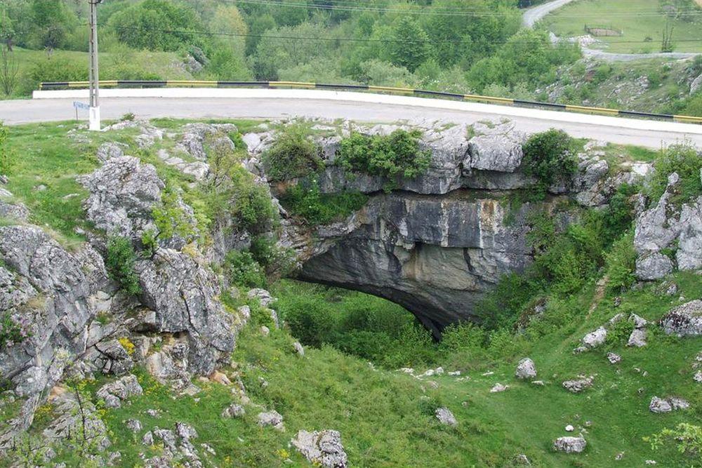 """Localinicii ii spun """"Podul lui Dumnezeu"""". In Romania exista singurul pod natural din lume pe care circula masini!"""