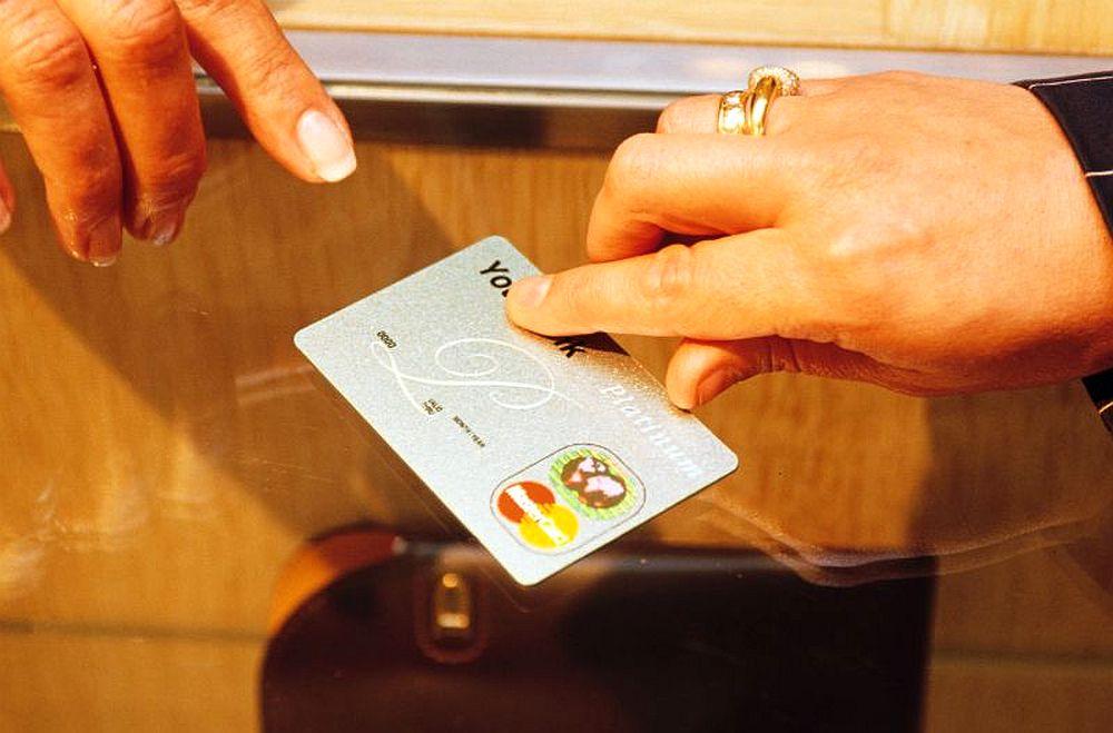 Cu o mana iti dau si cu zece iti iau! Sapte banci din Romania ofera comision 0 pentru carduri, dar cu o capcana!