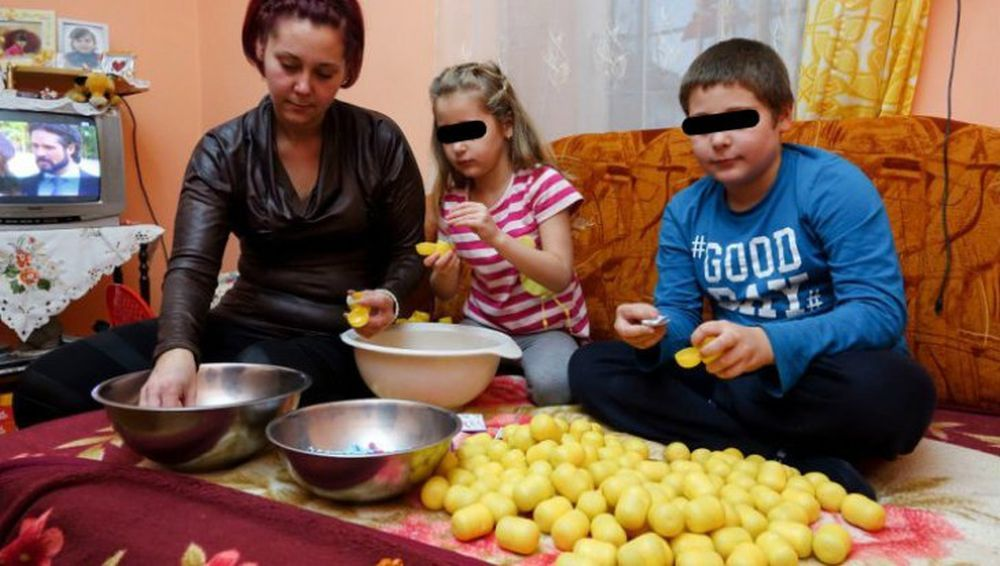 Producatorul celebrelor OUA KINDER acuzat de SCLAVIE in Romania! Copii pusi sa asambleze manual jucariile pe sume infime de bani!
