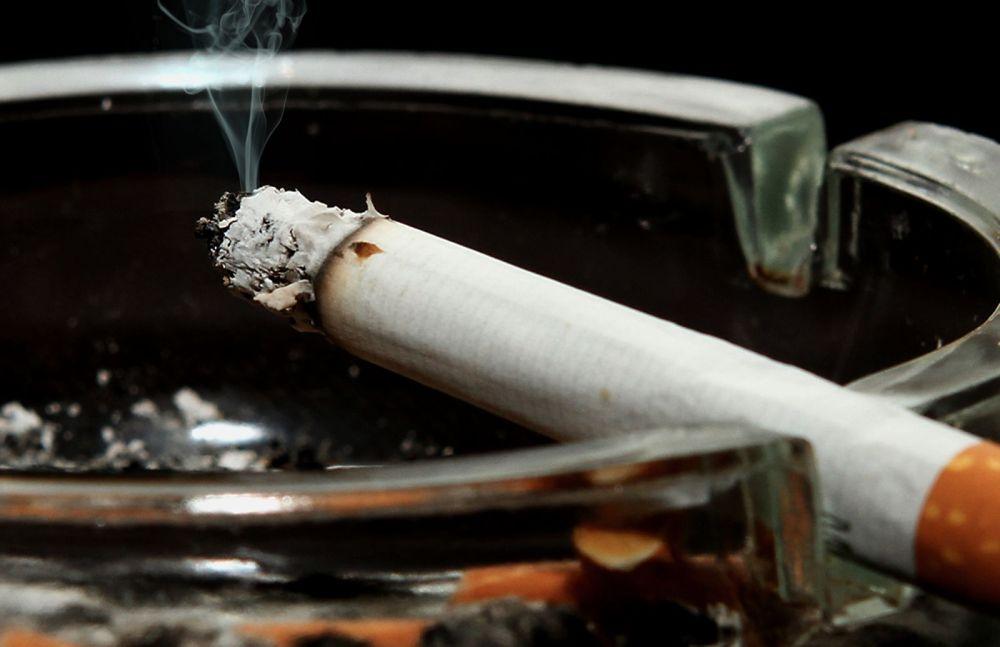Parlamentul vrea sa schimbe legea fumatului! Barurile si localurile vor putea permite clientilor sa fumeze in voie