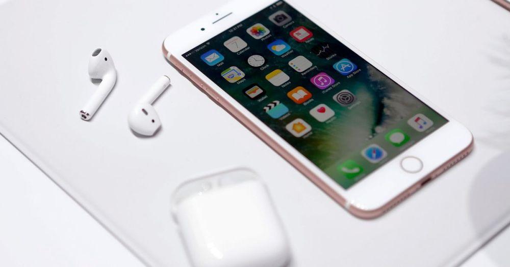 O femeie a cerut de la iubitii ei cate un iPhone 7 in dar! Ce a facut apoi cu telefoanele a devenit o senzatie mondiala!