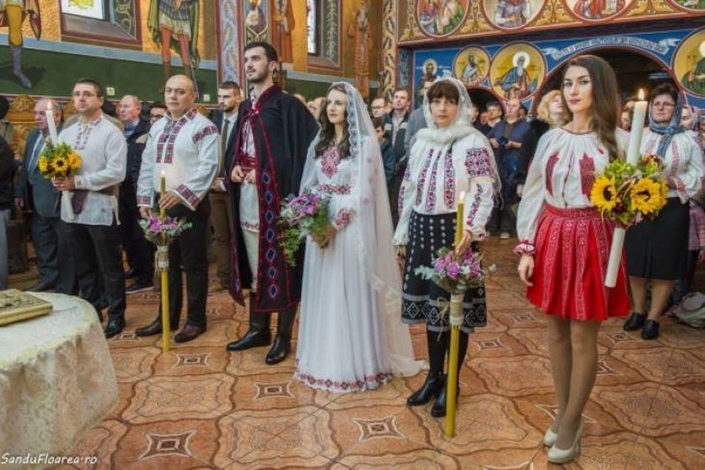VIRALUL ZILEI – S-au casatorit in straie TRADITIONALE ROMANESTI si au cucerit inimile tuturor!