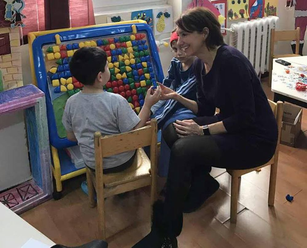 FOTO – Carmen Iohannis a iesit la colindat, incarcata de daruri! A mers la copiii de la Spitalul de Psihiatrie din Sibiu!
