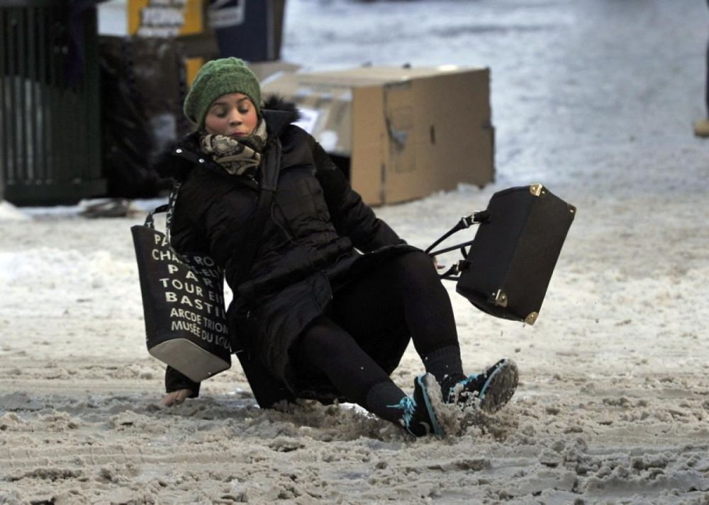 Sfatul medicilor germani pentru a NU aluneca niciodata pe gheata sau zapada!