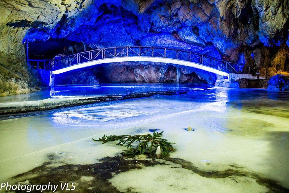 FOTO – In Romania s-a deschis CEL MAI FRUMOS patinoar subteran din lume!