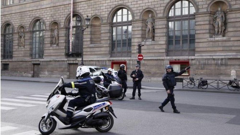 """Focuri de ARMA la muzeul Luvru din Paris! Atacatorul a strigat """"Allah akbar!"""""""