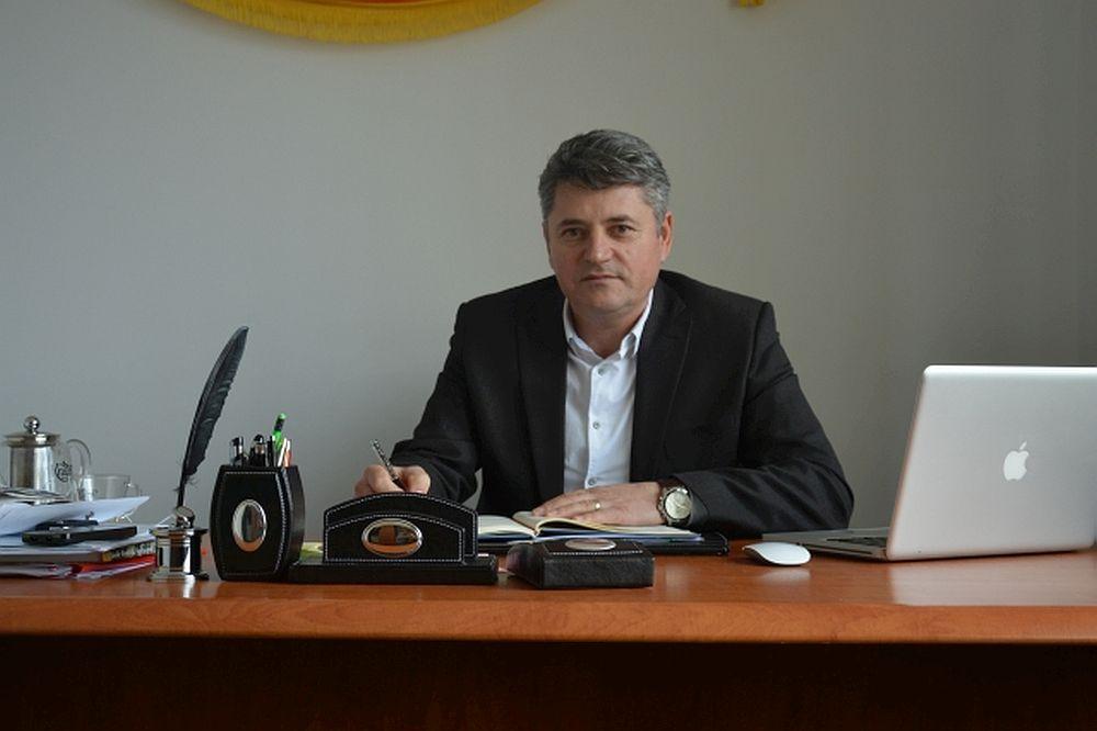 El este CEL MAI BUN primar din Romania! A adus intr-o comuna amarata mai multi bani europeni decat orasele mari! Dragnea L-A DAT AFARA imediat!