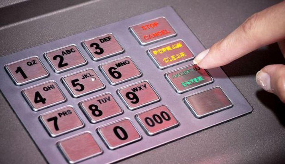 FOTO – Demonstratie pas cu pas CUM TI SE FURA codul PIN la bancomat! Si politistii sunt uimiti de noua metoda!
