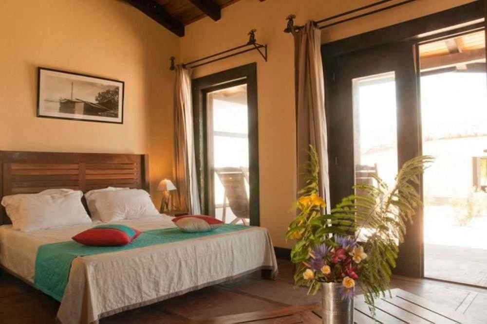 GALERIE FOTO – Un fost BARON local al PSD si-a facut COMPLEX HOTELIER DE LUX pe o insula exotica!