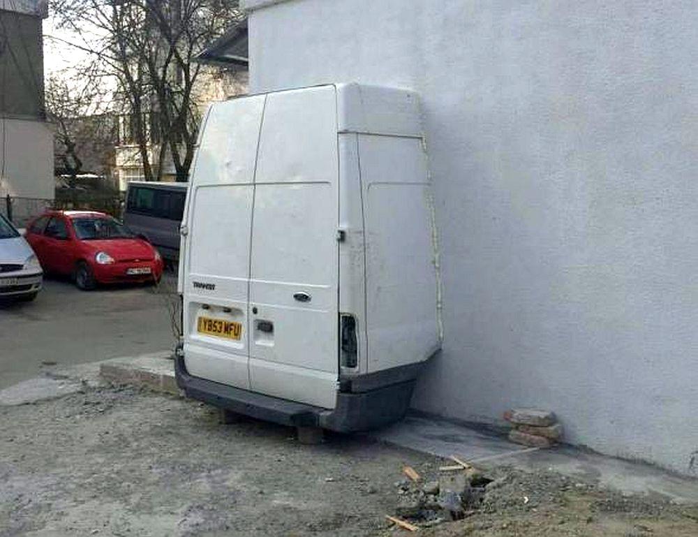 Numai in Romania poti vedea asa ceva: Un bacauan si-a luat masina in casa!