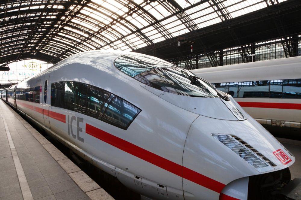 """CFR-ul se chinuie cu """"Sageti albastre"""" care abia trec de 50 km/h si nemtii construiesc trenuri de marfa care merg cu 400 km/h!"""