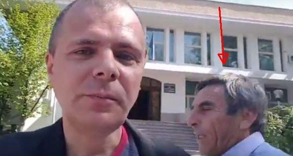 VIDEO – Cunoscut jurnalist agresat in plina zi, in fata prefecturii din Teleorman, de un primar PSD!