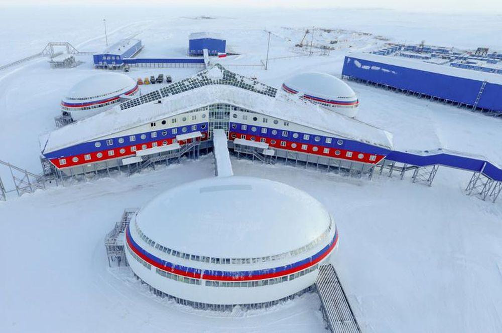 FOTO – Rusia a construit in secret o BAZA MILITARA IMENSA la Polul Nord! E cea mai mare structura facuta de om in zona arctica!