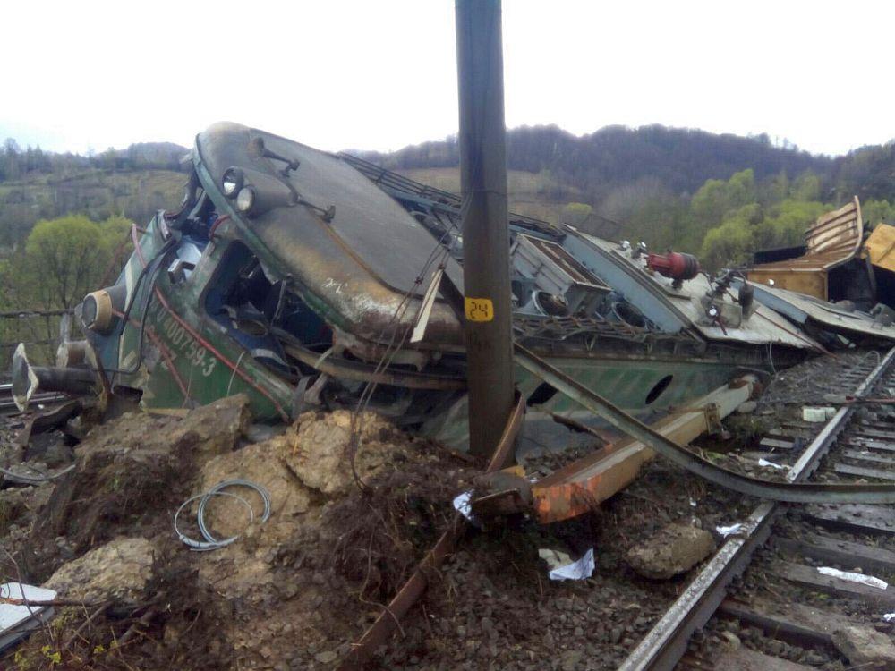 FOTO – TRAGEDIE pe calea ferata! Un tren a deraiat langa Petrosani OMORAND doi oameni!