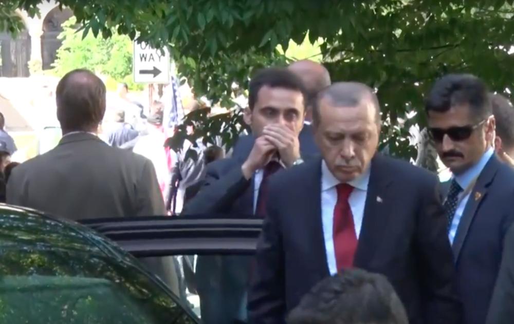 VIDEO – Erdogan priveste plictisit cum bodyguarzii lui BAT FARA MILA mai multi oameni, in plina strada!