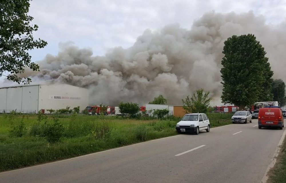 Tu unde iti tii banii? E dezastru dupa ce documentele mai multor banci mari din Romania au ars in incendiu urias din Ilfov!