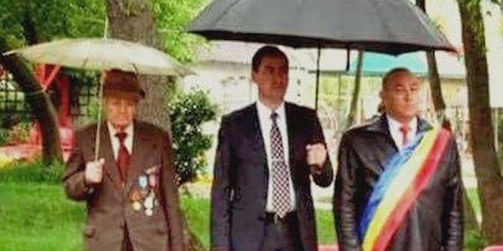 "FOTO – ""Asta e PSD!"". Baronul are asistent, batranul veteran de razboi isi tine singur umbrela rupta!"