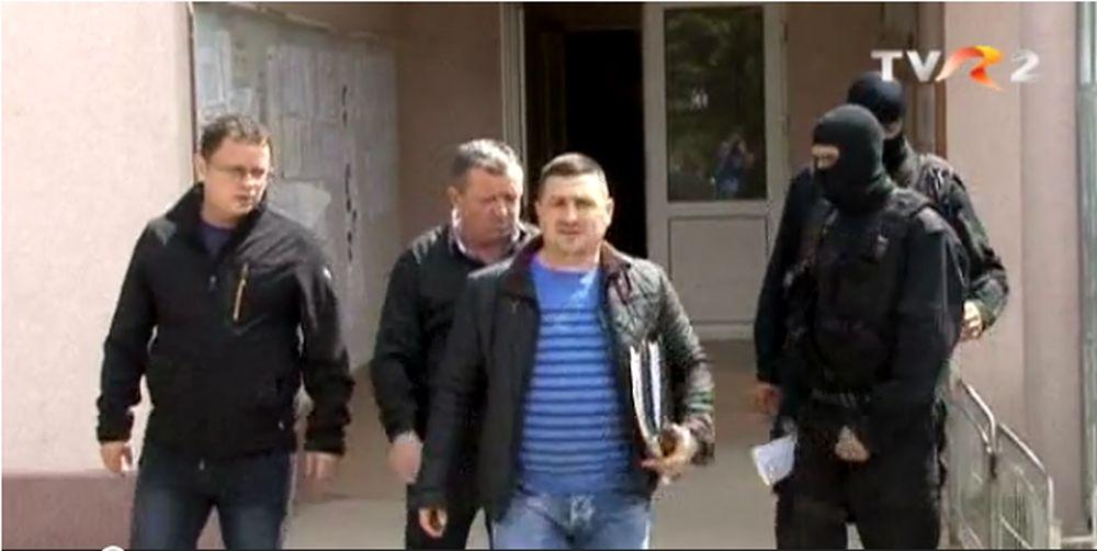 VIDEO – Inca un primar PSD arestat pentru CORUPTIE! La pachet cu oamenii angajati tot de el!