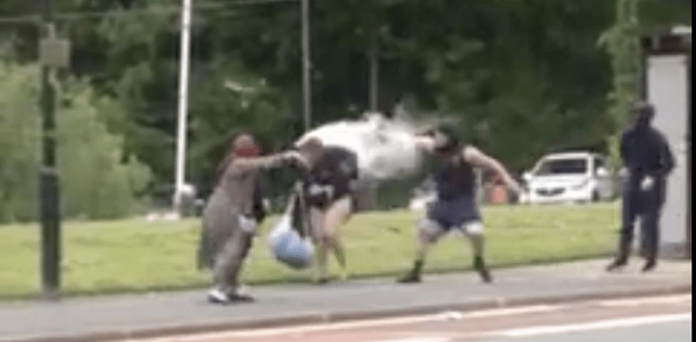 VIDEO – Tiganci din Romania atacate pe strada de doi britanici dupa ce au furat dintr-un magazin caritabil!