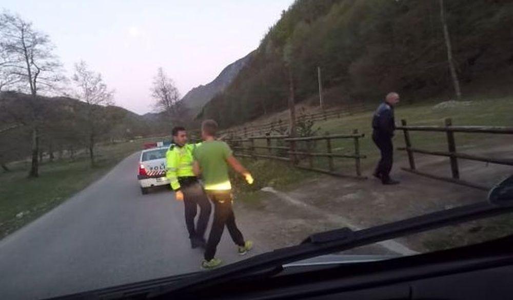"""VIDEO – """"Ce nu-i in regula cu voi, romanii?!"""" Reactie FABULOASA a unor turisti finlandezi opriti de Politie pe Valea Oltului!"""